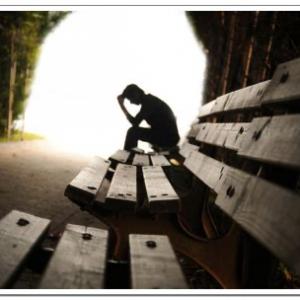 Persona sola en un banco